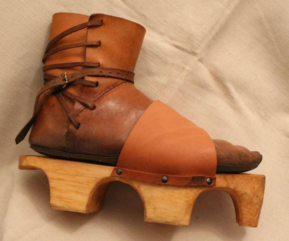 Középkori cipő bőrszíjakkal felerősíthető, fából készült talppal