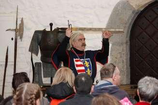 Ukážka zbraní a odevov v hrade Diósgyőr